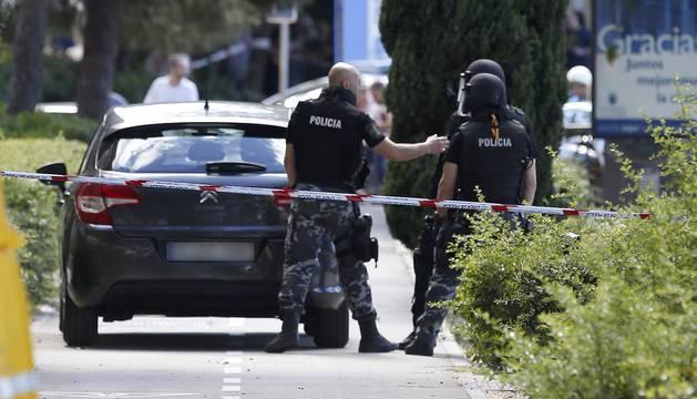 Policías en el exterior del restaurante chino de la localidad madrileña de Alcobendas donde un inspector de Policía se ha atrincherado, amenaza con suicidarse y no deja acercarse a nadie.