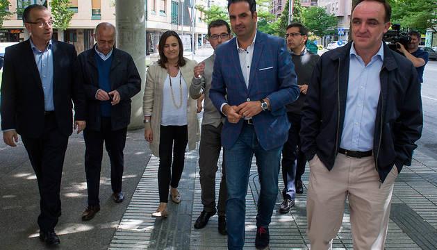 Candidatos de la coalición UPN-PP, este martes en el barrio de Iturrama de Pamplona.