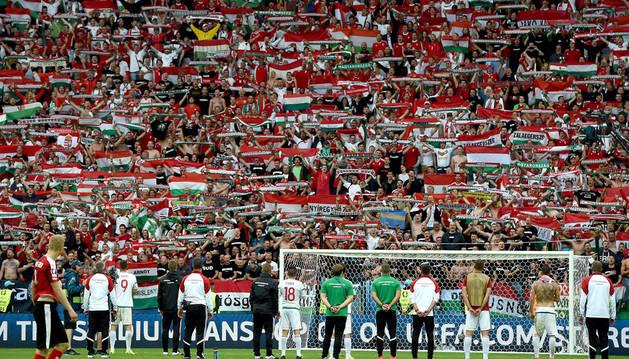 Los jugadores y aficionados de Hungría celebran el triunfo tras el partido.