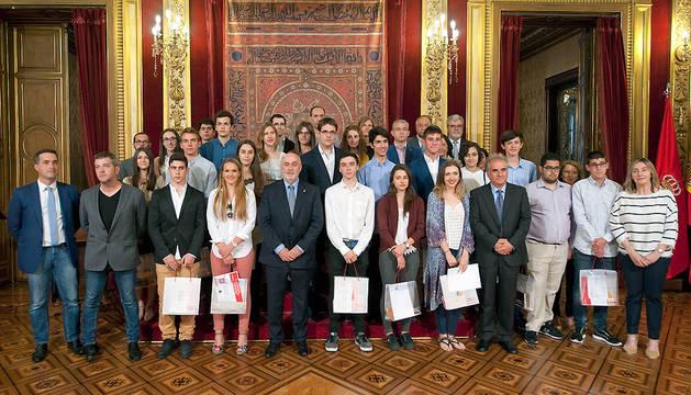 Foto de grupo de los premiados con el consejero Mendoza.