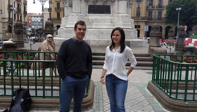 Ione Belarra y Eduardo Santos, frente al Monumento a Los Fueros.