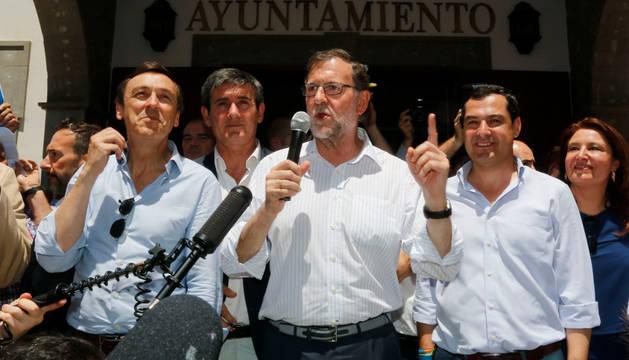 El presidente del Gobierno en funciones y líder del Partido Popular, Mariano Rajoy (c), junto al líder del PP-A, Juanma Moreno (d), y el portavoz del grupo popular en el Congreso, Rafael Hernando (i).