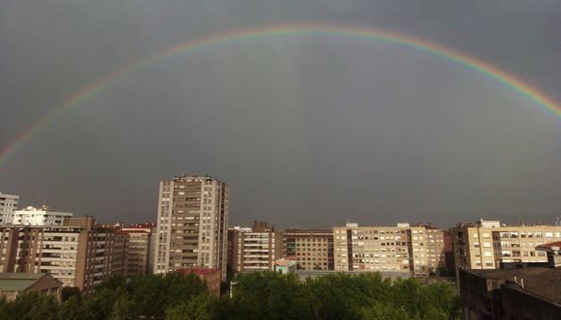 El Arco iris surca el cielo de Pamplona tras una tormenta
