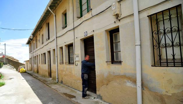 El alcalde de Ujué muestra las casas que se acondicionarán.