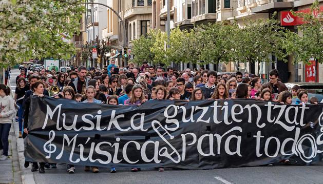 Imagen de la manifestación que promovió el centro y las familias por las calles de Estella.