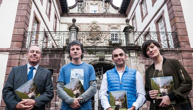 Virgilio Sagüés, Joseba Otondo,  Iñaki Martínez de Vírgala y Sara Sánchez delante del Palacio de Arizkunea.
