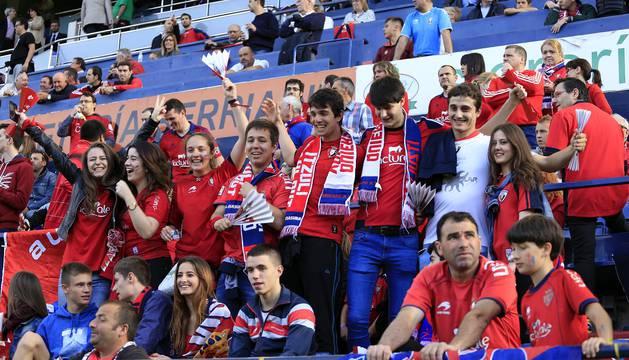 Imágenes de los aficionados que asistieron al encuentro correspondiente a la ida de la final del playoff disputado en El Sadar entre Osasuna y Girona