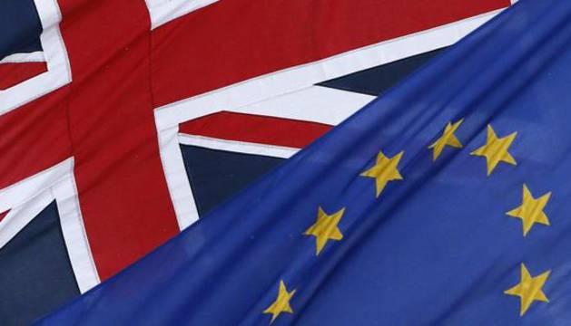 Banderas del Reino Unido y de la UE.