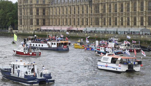 Una flotilla de barcos de pesca, organizada por el líder de UKIP, Nigel Farage, navega por el Támesis, en Londres