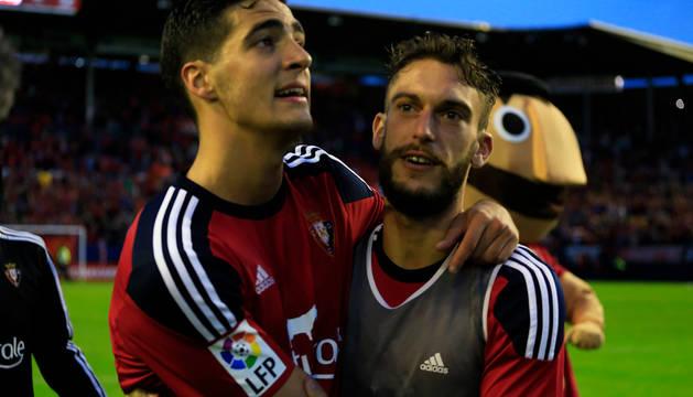 Merino y Roberto Torres miran a la afición rojilla desde el centro del campo.
