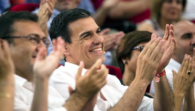 El secretario general y candidato del PSOE a la Presidencia del Gobierno Pedro Sánchez, aplaude durante el mitin que se ha celebrado en la Universidad de Derecho en Málaga.