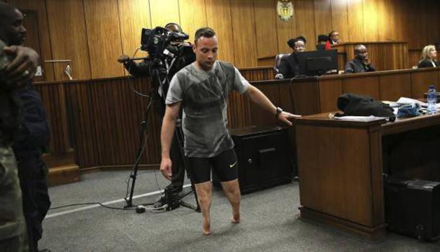 Pistorius anduvo sobre sus muñones por la sala.