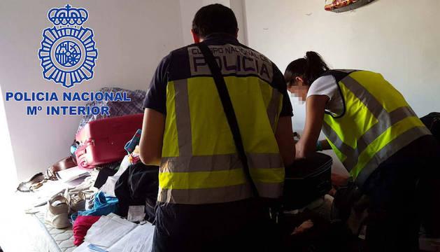 La Policía Nacional durante la investigación una de las viviendas del grupo criminal.