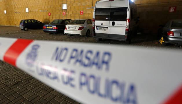 Una banda policial cierra cierra el paso a vario vehículos aparcados.