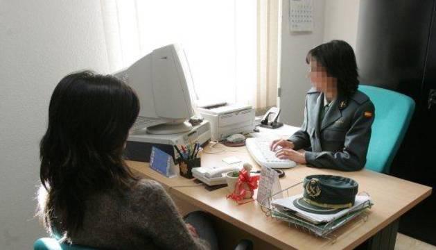 Una mujer conversa con una agente del Equipo Mujer-Menor (EMUME) de la Guardia Civil.