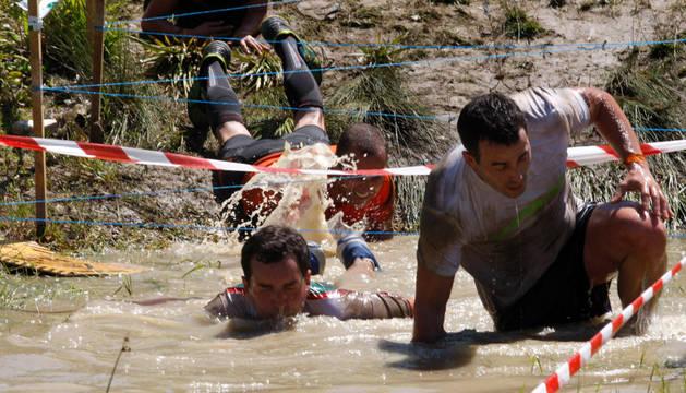 Participantes del pasado año, superando uno de los obstáculos.