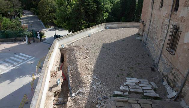 Una imagen de la cata que se ha abierto en la terraza del castillo -abajo se ven las vallas instaladas en la calle como precaución-.