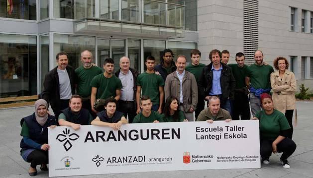 Alumnos y profesores de la escuela taller junto a representantes de la sociedad de ciencias Aranzadi y el alcalde del valle de Aranguren.