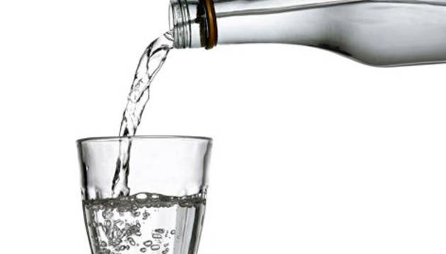 Cómo debe ser el agua que toman las personas mayores