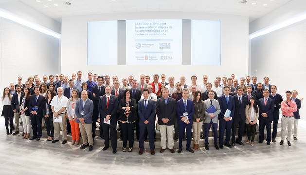 Los ponentes y los representantes de las empresas invitadas, a la finalización del encuentro.