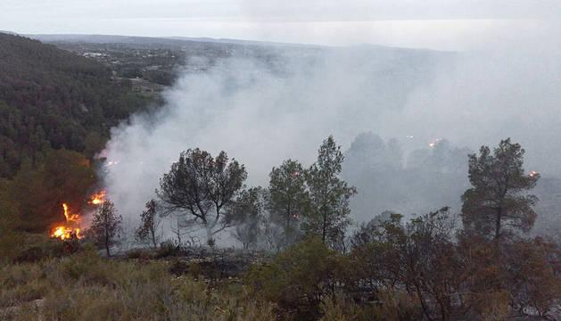 Imagen de las labores de extinción del incendio forestal que afecta a seis municipios de la comarca de La Canal de Navarrés.