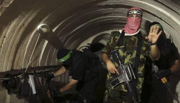 Un combatiente palestino, dentro de un túnel subterráneo en Gaza.