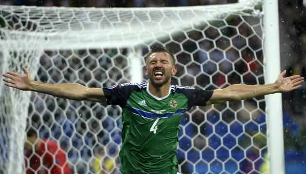 McAuley celebra su gol a Ucrania.