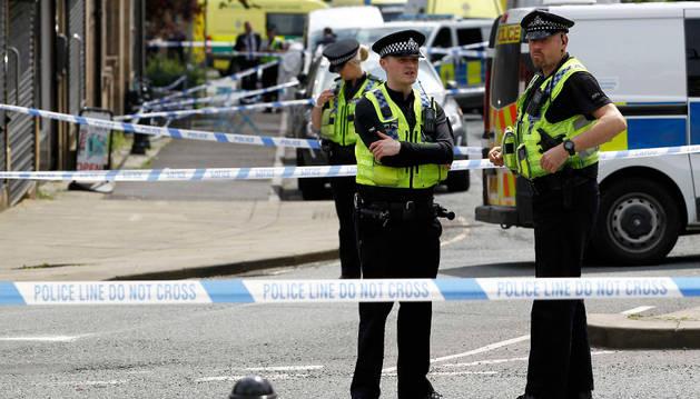 Varios policías custodian el lugar en el que se ha producido el ataque a la diputada laborista.