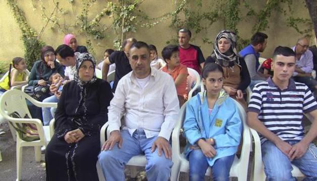 Refugiados sirios esperando en Beirut para iniciar los trámites burocráticos para viajar al territorio español.