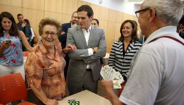 El candidato de Ciudadanos a la Moncloa, Albert Rivera (3i) , acompañado de la portavoz en el Ayuntamiento de Barcelona, Carina Mejias (2d), habla con una señora