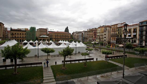 La Plaza del Castillo de Pamplona con los 27 puestos de la feria de artesanía, el kiosko en el centro y las vallas preparadas para la III EDP San Fermín Marathon.