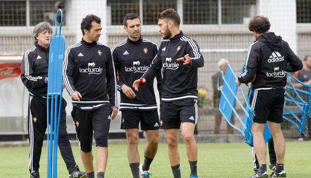De las Cuevas, Miguel Flaño y Roberto Torres charlan en un momento de la última sesión preparatoria antes de la gran final.