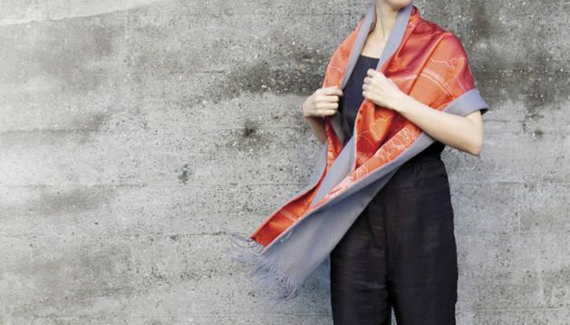 El kimono japonés se reinventa en pañuelos, abrigos y sombrillas