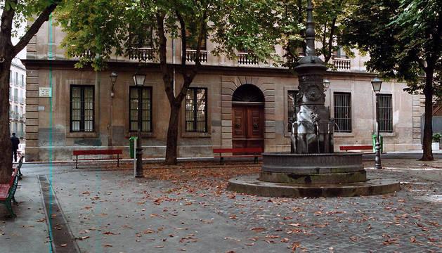 Fachada de la antigua 'Escuela normal de magisterio', en la plaza de San José de Pamplona.