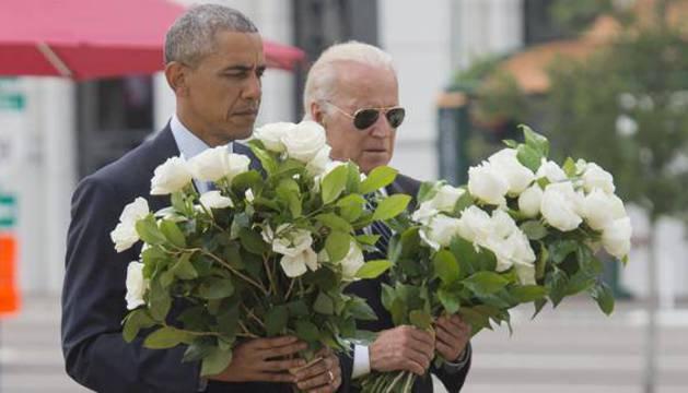 Obama y Biden depositaron, en un pequeño monumento improvisado, 49 flores en honor a las 49 víctimas.