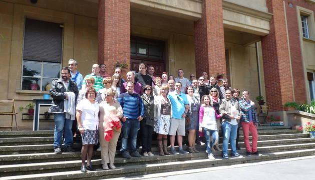 Parte de los asistentes al 25 aniversario, en el exterior del antiguo colegio del Verbo Divino donde Proyecto Hombre trabaja desde 1991.