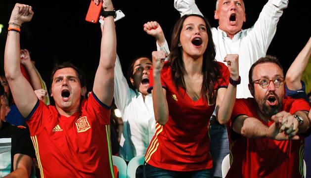 Los políticos hacen un alto en la campaña para disfrutar de La Roja