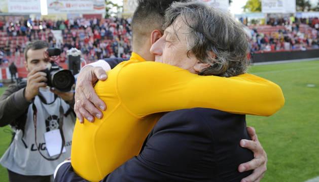 Enrique Martín se abraza a Kenan Kodro.