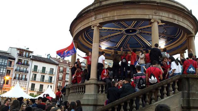 La afición rojilla celebra el ascenso a Primera División en la plaza del Castillo.
