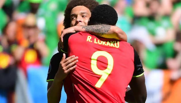 Lukaku celebra un gol con Witsel.