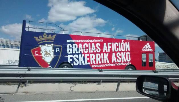 En este autobús, ya preparado ayer, la plantilla de Osasuna recorrerá las calles de Pamplona para ofrecer el ascenso a la afición.