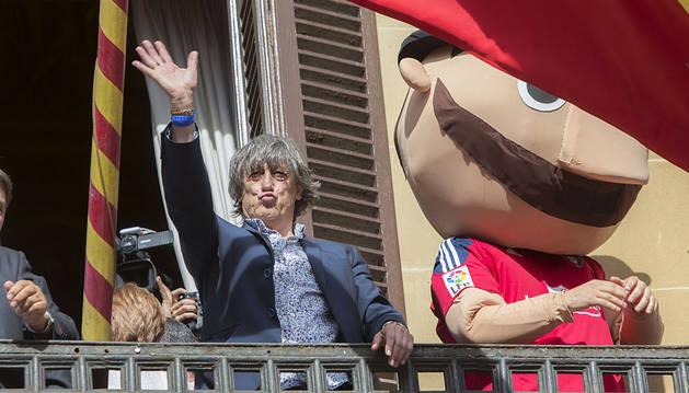 Martín se dirige desde el Palacio de Navarra a los cientos de aficionados que estaban en la calle.