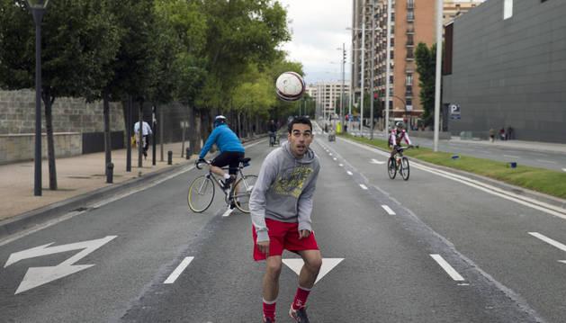 Vista de la avenida del Ejército de Pamplona ayer durante el campeonato de fútbol.
