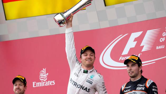 Rosberg estrena el palmarés de Bakú y Alonso y Sainz abandonan