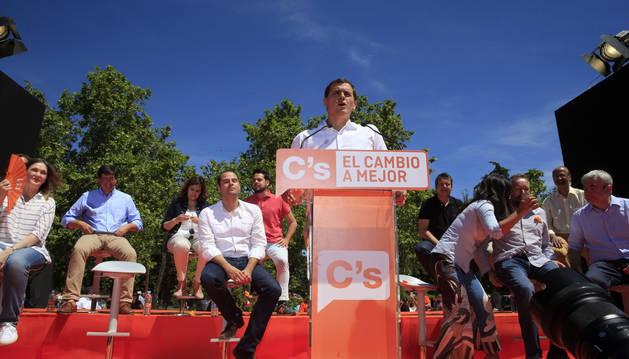 Rivera promete recuperar rumbo que tuvo España con Suárez, González y Aznar