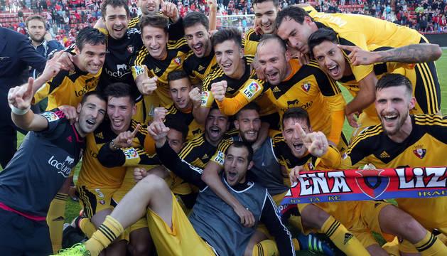 Los jugadores de Osasuna festejan el ascenso sobre el césped de Montilivi.