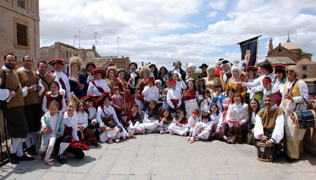 Los actores del grupo de teatro Alhama que interpretaron a los personajes y el grupo de danzas de Tambarria posaron juntos.