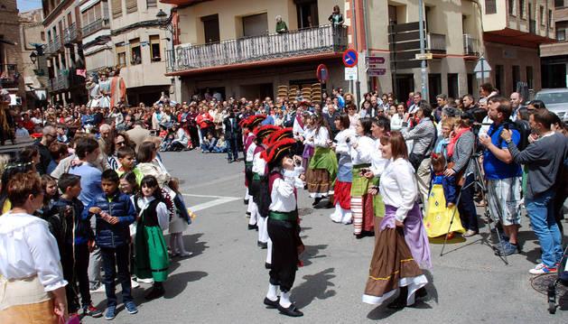Numeroso público presencia uno de los bailes del grupo de danzas Tambarria en el Crucero.