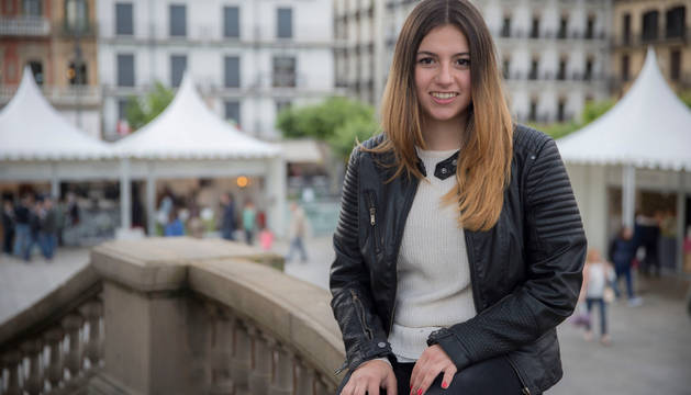 Judith Sainz, ex jugadora del Mulier Osasuna, posa en el quiosco de la Plaza del Castillo de Pamplona.