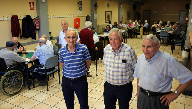 Jubilados del club Auzotegui ayer en su todavía club de la Chantrea.